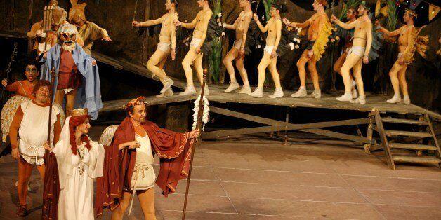 Από την παράσταση Όρνιθες του Αριστοφάνη στο Ηρώδειο από το Θέατρο Τέχνης Κάρολος