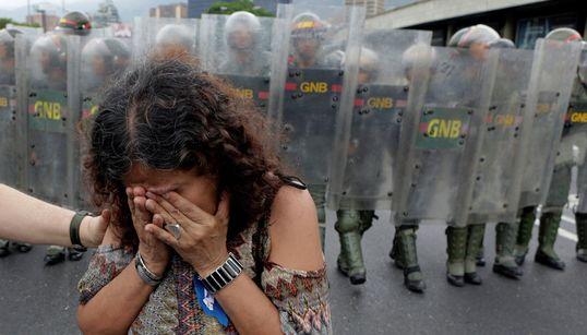 Στο χείλος του γκρεμού η Βενεζουέλα: Χάος στη χώρα λόγω της οικονομικής