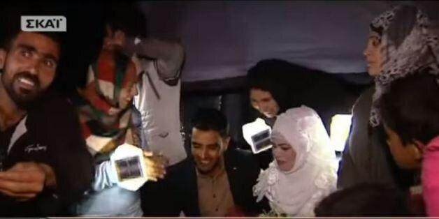 Ζευγάρι Σύριων παντρεύτηκε σε σκηνή στην