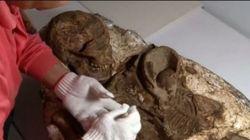 Μητέρα κρατά σφιχτά στην αγκαλιά το βρέφος της επί 4.800 χρόνια. Συγκλονισμένοι οι