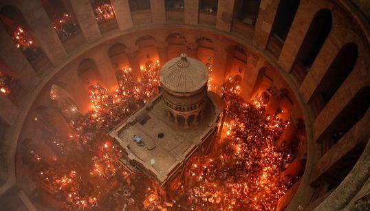 Εκατοντάδες πιστοί παρακολούθησαν την τελετή αφής του Αγίου Φωτός στα