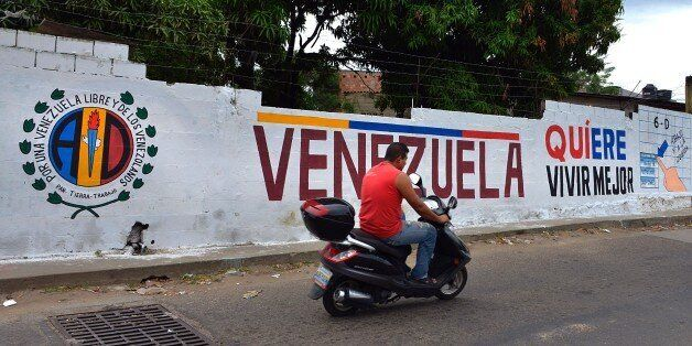 ATENCION ACOMPANA NOTA DE VALENTINA OROPEZAA graffiti with electoral propaganda on a wall at 'La Invasion'...