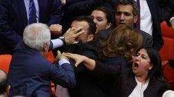 Γροθιές και πάλι στην τουρκική βουλή. Η αναφορά που έφερε στα χέρια βουλευτές του φιλοκουρδικού HDP και του κυβερνώντος