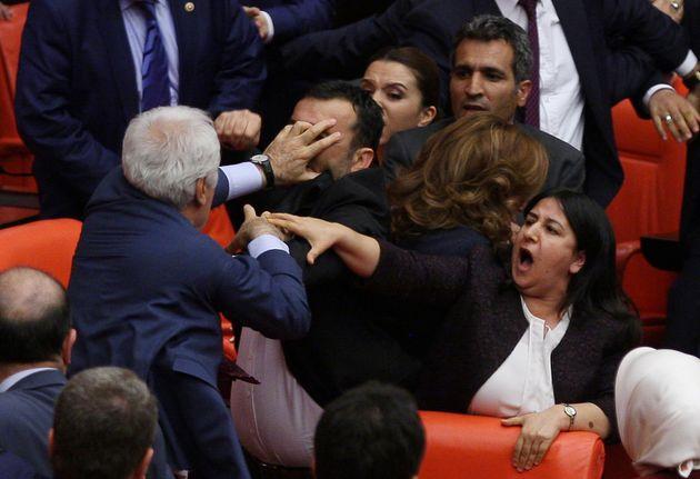 Γροθιές και πάλι στην τουρκική βουλή. Η αναφορά που έφερε στα χέρια βουλευτές του φιλοκουρδικού HDP και...
