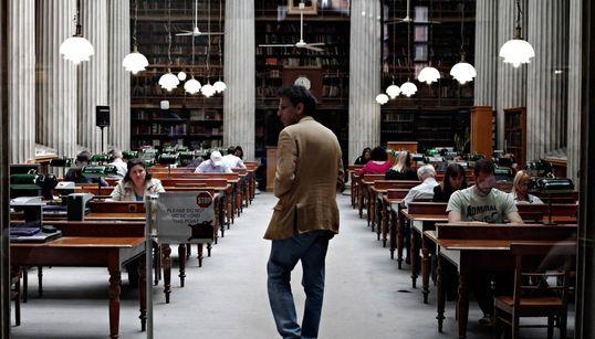 Φωτογραφίες που «μυρίζουν» βιβλίο: Πώς η Αθήνα γιόρτασε για πρώτη φορά τη