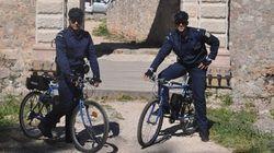 Στα γραφικά στενά του Ναυπλίου αστυνομικοί-ποδηλάτες εξυπηρετούν