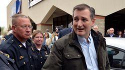 Έδωσαν στον Ρεπουμπλικανό Τεντ Κρουζ να υπογράψει το «Κομμουνιστικό Μανιφέστο» και εκείνος
