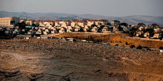 Cette photo prise du village palestinien d'al-Sawahre, près du village d'Abou Dis, en Cisjordanie...