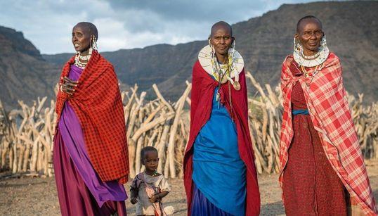 Ζώντας με τις φυλές της Τανζανίας: Τελετουργικές θυσίες ζώων, κυνηγετικά όπλα με δηλητηριασμένα βέλη και πολύχρωμες