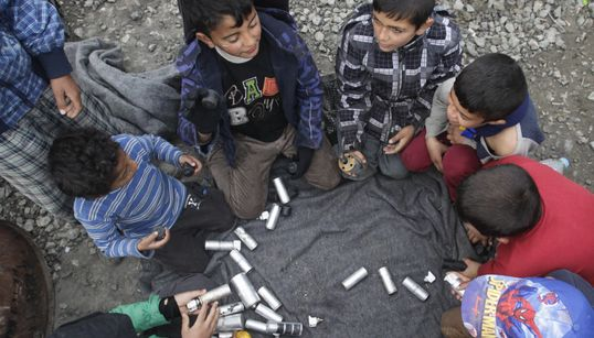 Τα δακρυγόνα και οι πλαστικές σφαίρες από την πΓΔΜ που έγιναν παιχνίδια για τα προσφυγόπουλα της