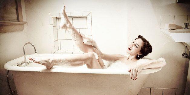 Retro Bathtub Pinup Kiss