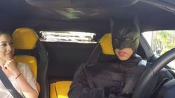 Ο Batman εμφανίζεται με Lamborghini και κάνει φάρσα σε επιβάτες που έχουν καλέσει μέσω
