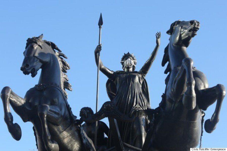 Από τη βασίλισσα Βικτωρία και τον Σέρλοκ Χόλμς έως τον Έρωτα, τα αγάλματα στο Λονδίνο «φόρεσαν» μάσκες...
