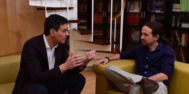 Leader of the Spanish Socialist Party (PSOE) Pedro Sanchez (L) speaks with leader of the left wing party...