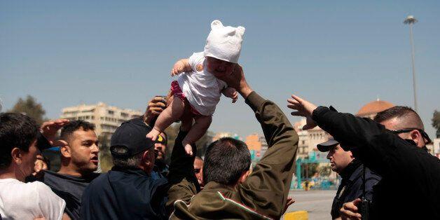 Ηρεμία ξανά στον Πειραιά μετά την πρωινή ένταση: Μεταφορά των προσφύγων σε άλλο σημείο του