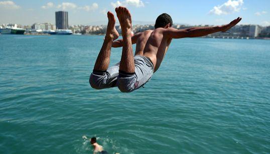 Οι βουτιές των προσφύγων και των μεταναστών στο λιμάνι του