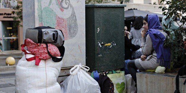 Η WSJ στα κυκλώματα των διακινητών σε Πειραιά και πλατεία Βικτωρίας: Οι τιμές, τα μέσα, οι