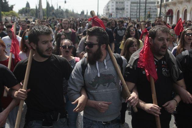 Πορεία στο κέντρο της Αθήνας από τους απεργούς της ΑΔΕΔΥ. Αντιδρούν στις μεταρρυθμίσεις του