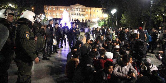 Μετανάστες και πρόσφυγες έφυγαν από τον Πειραιά για διαμαρτυρία στο