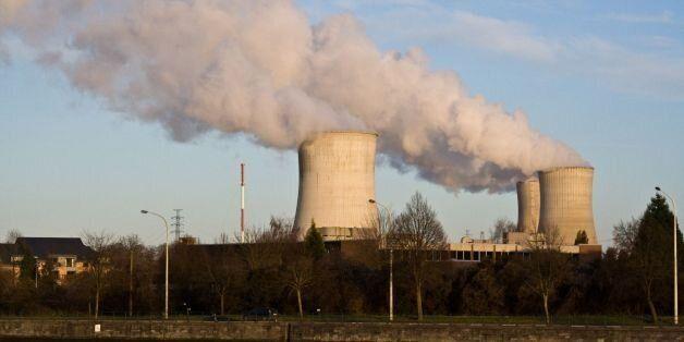 Kyltornen till Tihange kärnkraftverk. Tihange har tre tryckvattenreaktorer byggda på 70-80-talen, ca...