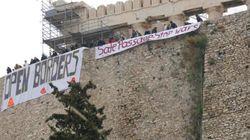 Κρέμασαν πανό στην Ακρόπολη ζητώντας τον τερματισμό του πολέμου στη Συρία και το άνοιγμα των συνόρων για τους