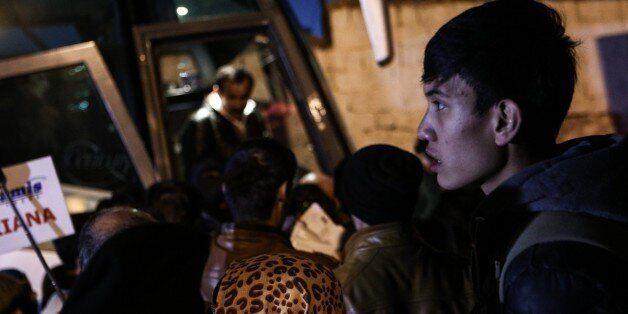 «Πρώτη φορά» αντιστρέφονται οι ρόλοι: Μετανάστες από τα ελληνικά νησιά στην