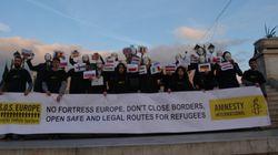 Διαμαρτυρία με λευκές μάσκες υπέρ των προσφύγων στην πλατεία