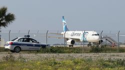 Κύπρος: Ελευθερώθηκαν οι όμηροι. Παραδόθηκε ο αεροπειρατής. Θρίλερ με την ταυτότητα τα αιτήματα και την ψυχολογική κατάσταση