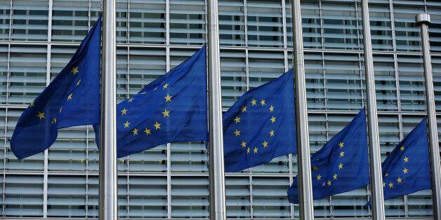 Μεσίστιες οι σημαίες της ΕΕ στην Ευρωπαϊκή