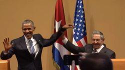 Άβολο: Ο Ομπάμα προσπαθεί να αγκαλιάσει τον Κάστρο, όμως εκείνος έχει άλλα