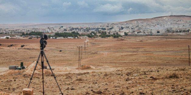 News camera shoots bombs and war in Kobani, Syria from Suruc, Turkey