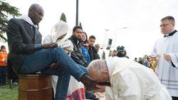 Ισχυρό μήνυμα, δυνατή εικόνα. Ο Πάπας Φραγκίσκος γονατίζει, πλένει και φιλά τα πόδια