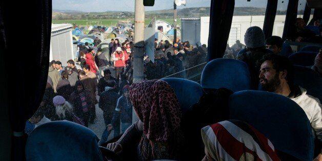 Σε εξέλιξη η μεταφορά προσφύγων και μεταναστών από την Ειδομένη: Οκτώ λεωφορεία έφυγαν την Παρασκευή...