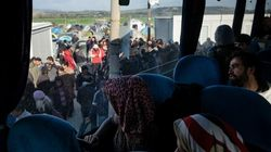 Σε εξέλιξη η μεταφορά προσφύγων και μεταναστών από την