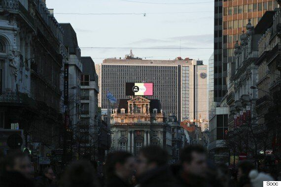 Ευρωπαϊκά μνημεία στα χρώματα της βελγικής σημαίας. Συνθήματα στην κεντρική πλατεία των