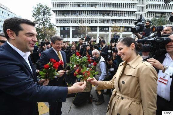 Μπουζούκια, κόκκινα τριαντάφυλλα και αναγόρευση σε Επίτιμο Διδάκτορα: Όσα έκανε ο Τσίπρας στη