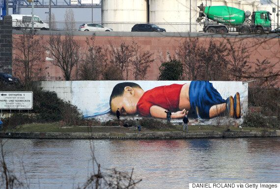 Ο Αϊλάν «κοιμάται» στη Φρανκφούρτη: Καλλιτέχνες έφτιαξαν ένα τεράστιο γκράφιτι στον ποταμό