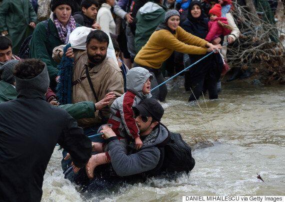 Μεγάλος αριθμός προσφύγων πέρασαν ποταμό - φυσικό σύνορο με την