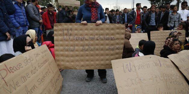 Έξω από τη Διεύθυνση Αλλοδαπών στην Πέτρου Ράλλη ανακόπηκε η πορεία των προσφύγων και
