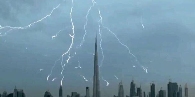 Απίστευτο βίντεο: Δείτε κεραυνούς να χτυπούν τον ουρανό του