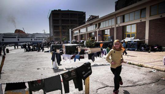 Μια μέρα στο λιμάνι του Πειραιά. Οι πρόσφυγες που περιμένουν ακόμη πούλμαν για την Ειδομένη και το κράτος που δεν βρήκε το δρ...
