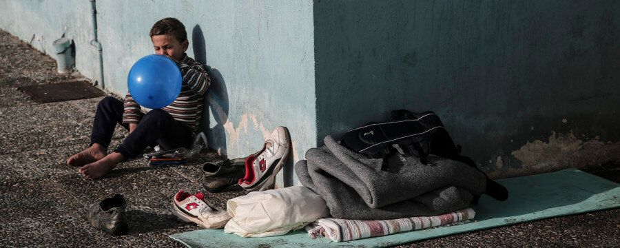 Μια μέρα στο λιμάνι του Πειραιά. Οι πρόσφυγες που περιμένουν ακόμη πούλμαν για την Ειδομένη και το κράτος...