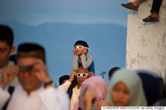 Εντυπωσιακές εικόνες από την σπάνια ολική έκλειψη σε Ασία και
