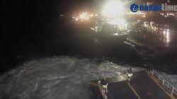 Απίστευτο βίντεο: Το Blue Star Naxos δίνει μάχη για να «δέσει» στην Πάρο και στη Νάξο ενώ τα κύματα «λούζουν» την