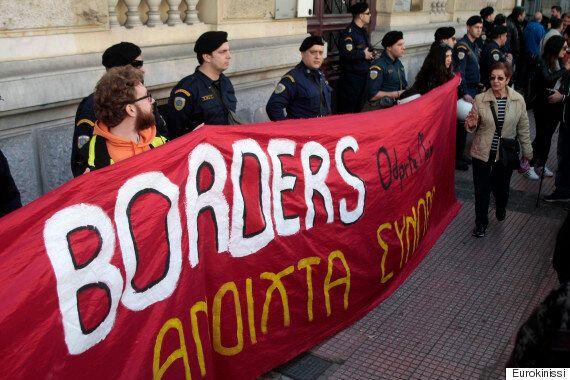 Συγκέντρωση διαμαρτυρίας έξω από την πρεσβεία της Αυστρίας για το κλείσιμο των
