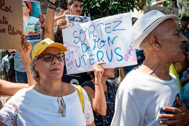 Une manifestante tient une pancarte