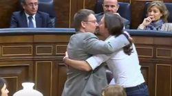 Αυτό θα πει πολιτικό πάθος: Ο Ιγκλέσιας των Podemos φιλά στο στόμα βουλευτή
