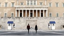Project Σύνταγμα: Να τι έγινε όταν ένας καλλιτέχνης κόλλησε πόστερ του Παπανδρέου και του Μητσοτάκη στην Πλατεία