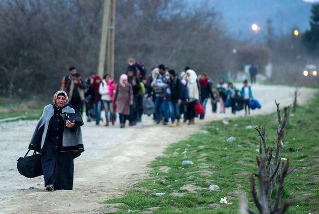 Υπό πίεση η χώρα για το προσφυγικό. Αγώνας δρόμου για τη φιλοξενία χιλιάδων ατόμων και διπλωματικός