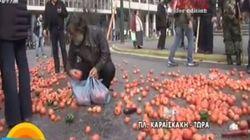 Πολίτες μάζευαν τα λαχανικά που πέταξαν στον δρόμο οι